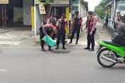 Demi Keselamatan Pengguna Jalan, Puluhan Anggota Sat Sabhara Polres Salatiga Tambal Jalan Berlubang
