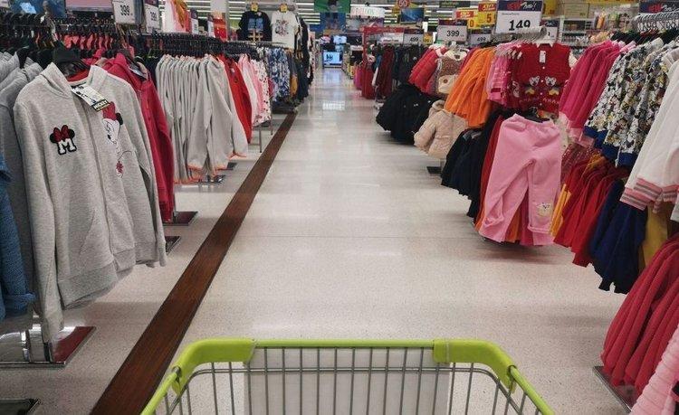 Piden prohibir la venta de ropa, calzado y juguetes en supermercados