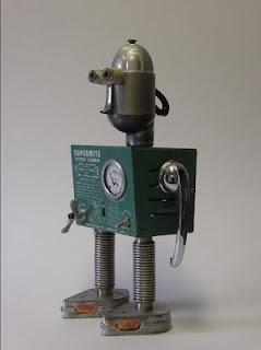 Robot cuadrado hecho con material reciclado