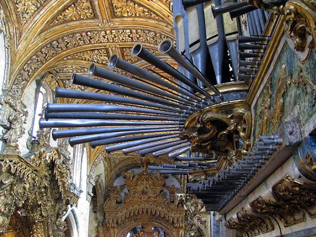 tubos frontais de um órgão ibérico e talha dourada