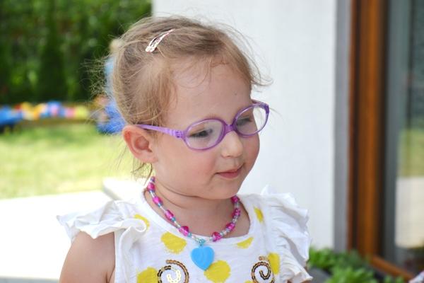 Zosia lat 4 w okularach
