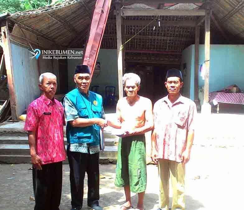 Rumahnya Rusak, Dua Warga Mirit Terima Bantuan Baznas Kebumen