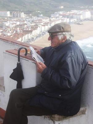 Homem lendo jornal. #PraCegoVer