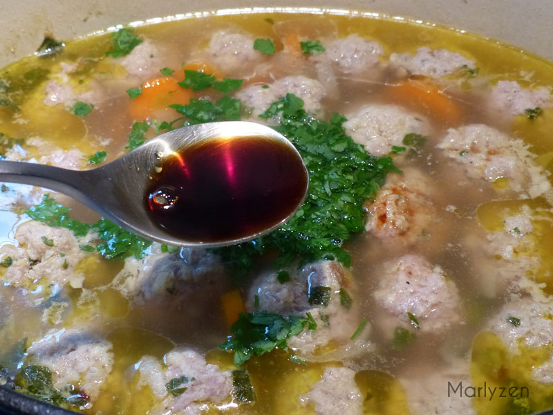 Ajoutez la sauce soja et le persil ciselé.