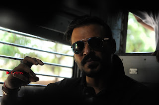Bollywood Actor Vivek Oberoi Snapped Travelling by Local Train to Kelve  0015.JPG