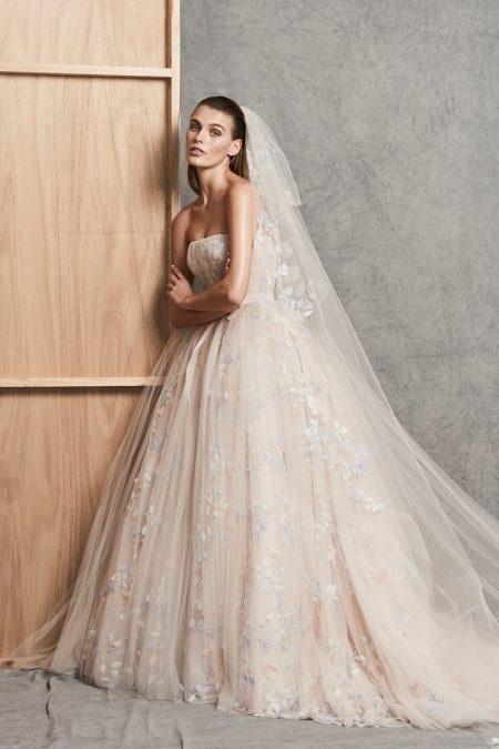 3ac73db0b7 La colección Bridal de otoño-invierno 2018 del diseñador libanés Zuhair  Murad sigue impresionando. Los vestidos de novia continúan destacando las  telas de ...