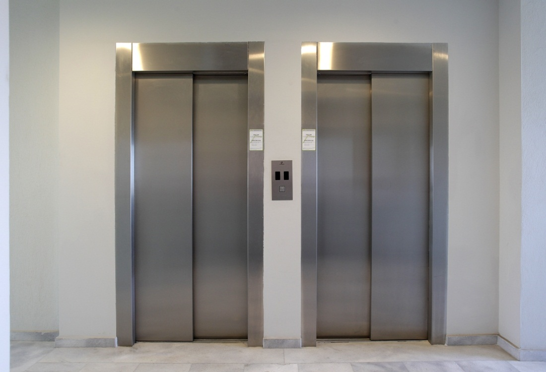 Hλικιωμένος γρονθοκοπεί νεαρό που βήχει προκλητικά σε ασανσέρ