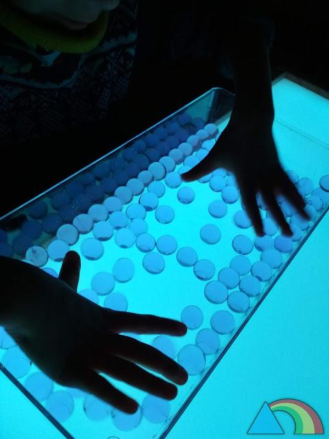Bandeja de bolas de gel o water beads sobre mesa de luz