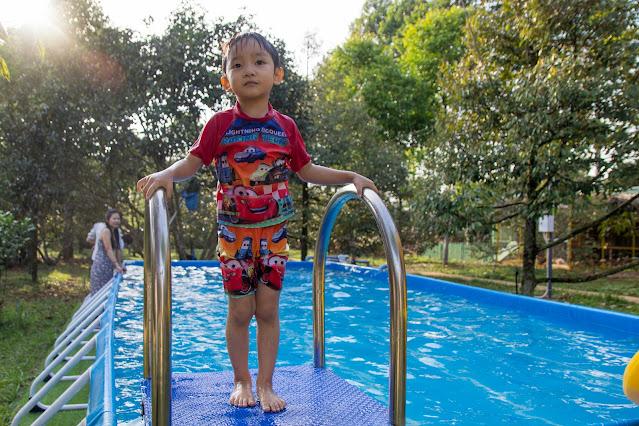 Các bé tung tăng tại hồ bơi xanh mát trong vườn