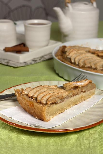 Tart sa jabukama, kremom od badema i sosom od jabuka