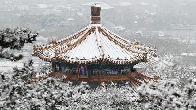 Cố Cung tọa lạc tại vị trí trung tâm của Bắc Kinh dễ dàng cho việc di chuyển. Mặc dù thời tiết khá xấu, tuyết rơi liên tục, nhiều lược du khách vẫn đổ về điểm du lịch nổi tiếng này.