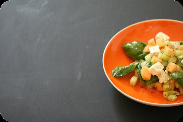 Salat mit Netzmelone, Gurke, Feta und Basilikum - perfektes Rezept für den besten Sommersalat | Arthurs Tochter kocht von Astrid Paul