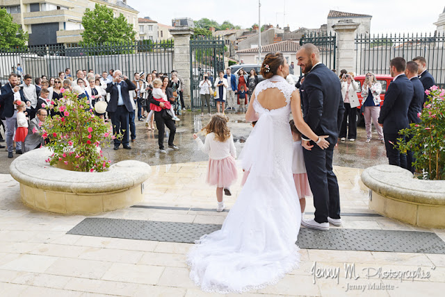 photo mariés de dos devant la mairie