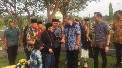 Penuh Haru! SBY dan BJ Habibie Bertemu di TMP Kalibata
