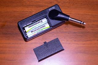 VOX amPlug2 Bass は単 4 乾電池 2 本で駆動可能