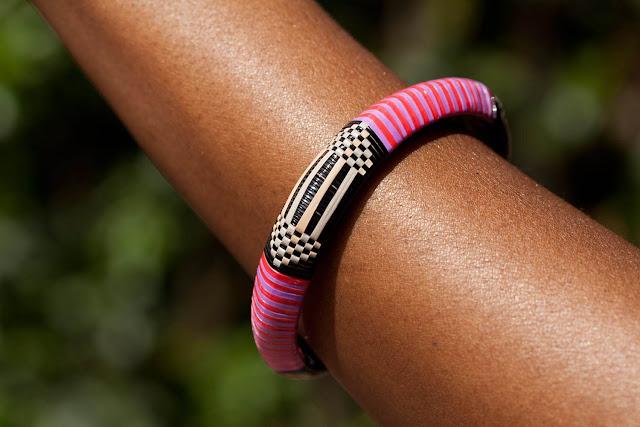 Les bracelets : un des atouts charmes de la femme : Beauté, mode, tendance, femme, noire, bracelet, lame, perle, bois, pagne, wax, charme, élégance, séduction, tissage, sortie, événement, fête, cérémonie, LEUKSENEGAL, Dakar, Sénégal, Afrique