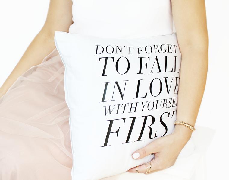 Nowości w mojej garderobie i nie tylko Biała poduszka z napisem Złote Plakaty Carrie Bradshaw