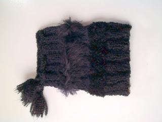 gorro/gola de trico na cor preta, com diversos tipos de fios