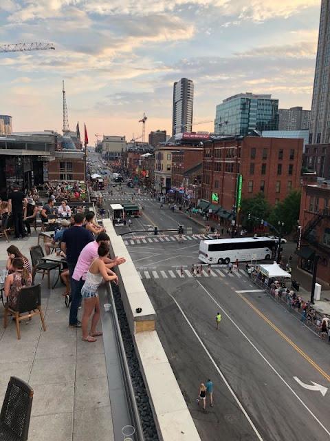 Blick vom Dach einer Bar auf die Music City Nashville, TN