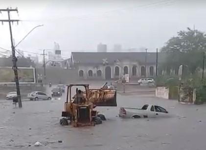 DE BAIXO D'ÁGUA: Ruas de Campina Grande ficam alagadas após fortes chuvas; Açude Velho transbordou.