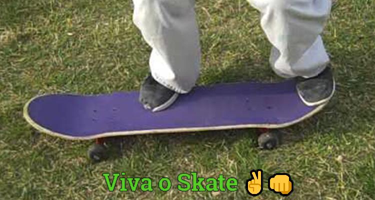 Pratique ficar de pé no skate na grama