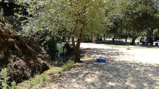 Areal ao lado do riacho