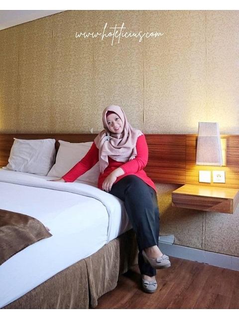 Berpose di Kamar Hotel