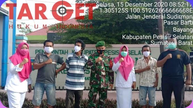 Cegah Penyebaran Covid - 19 Babinsa Koramil 06/Bayang Bagikan Masker Bersama Petugas Puskesmas