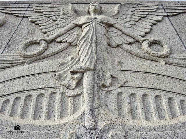 Perspectiva inferior do Relevo esculpido no granito - Monumento à Independência do Brasil - Ipiranga - São Paulo