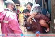 Aksi Heroik Polri Mengevakuasi Korban Banjir, Digendong Hingga Didorong Gerobak