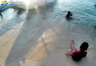 wisatawan bermain di pantai karimunjawa