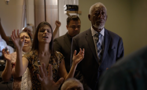 "Annie și Morgan Freeman în vizită la Newlife United Pentecostal Church, parte a unui documentar ""The Story of God"", 2016 - imagine captura de ecran / National Geographic"