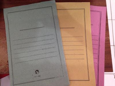 Belilah map kertas biasa di toko-toko dekat tempat tinggal kalian dengan warna biru/hijau (bukalapak.com)