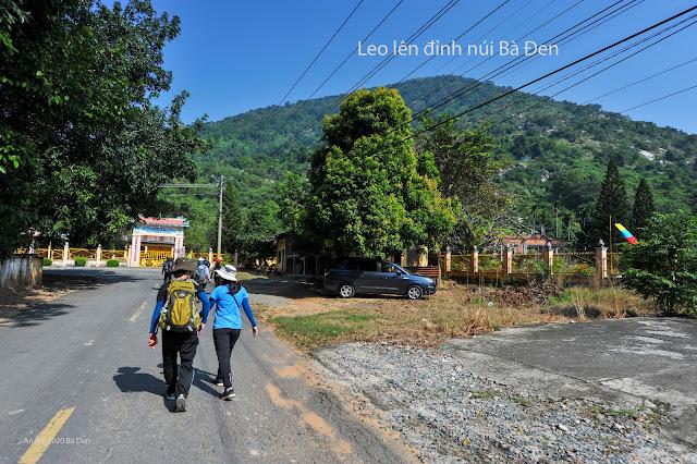 Leo núi Bà Đen đường cột điện, xuống đường chùa