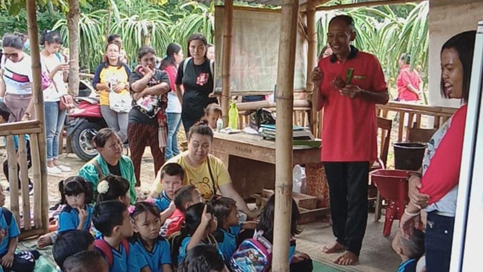 Kris-Widianto-bersama-Anak-anak-Pendidikan-Usia-Dini-di-Kebun-Buah-Naga