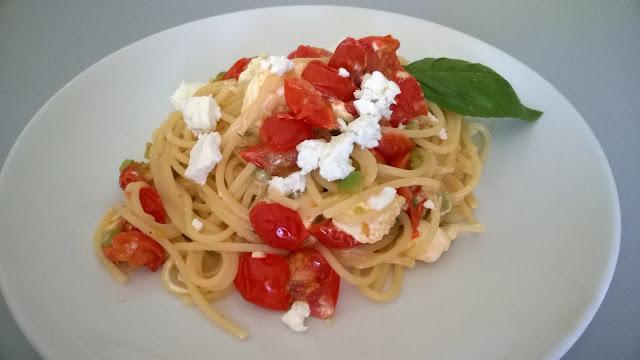 Spaghetti à la feta, tomates cerise et basilic