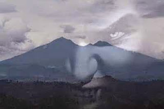 10 Kejadian Angker di Gunung Salak
