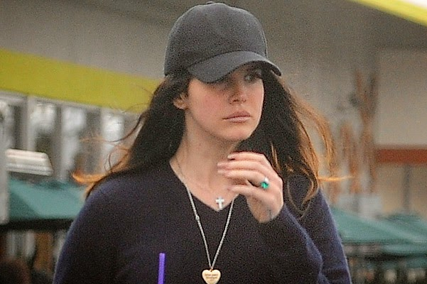Lana Del Rey showed an engagement ring