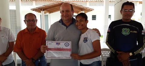 Prefeito Fred Maia entrega cestas básicas para membros da Guarda Mirim de Trizidela do Vale