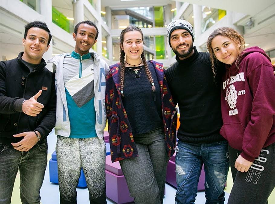 11 refugiados reciben Becas Gratitud Aurora