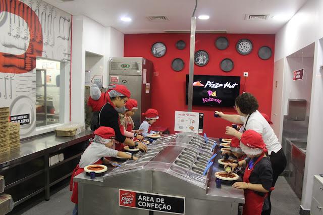 o Miguel a fazer a sua própria pizza, na Pizza Hut da Kidzania