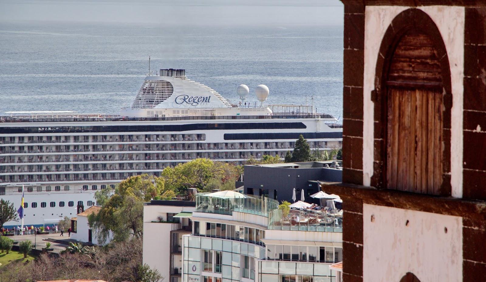 o navio, o hotel e a torre