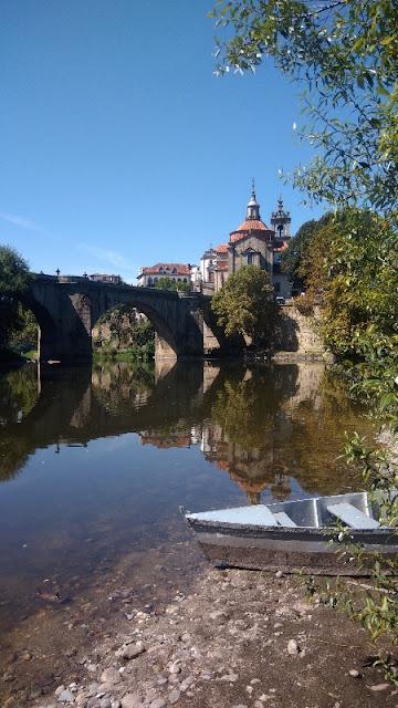 rio tâmega, ponte e igreja de São Gonçalo e uma buga