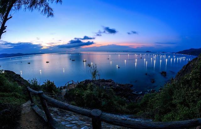 Nằm trong trung tâm TP. Quy Nhơn (Bình Định), Khu du lịch Ghềnh Ráng toát lên vẻ đẹp từ sự hòa quyện tuyệt vời giữa một bên là biển trời mênh mông, một bên là núi đá muôn hình vạn trạng.