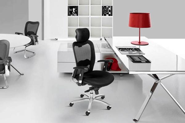 cadeiras ergonômicas em um escritório