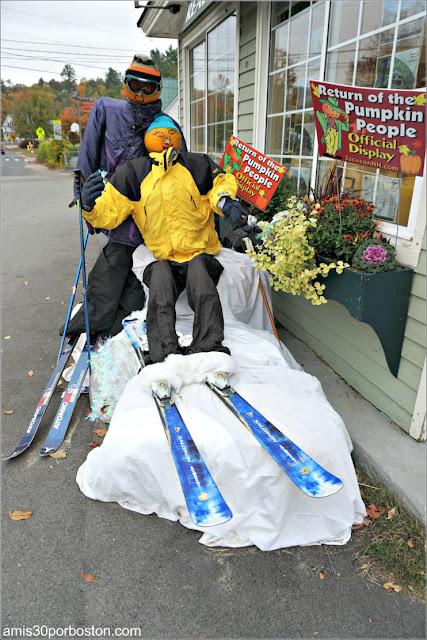 Esquiadores en el Return of the Pumpkin People de Jackson en New Hampshire