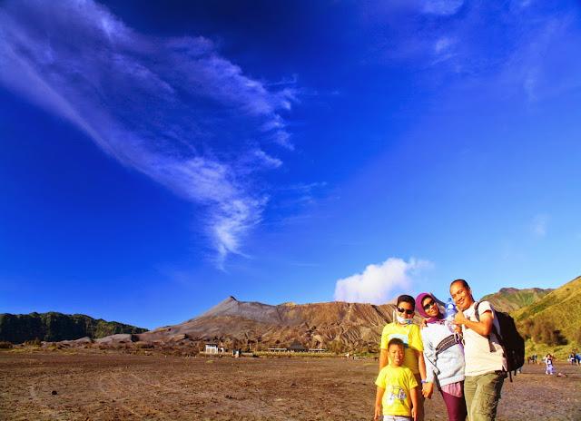 Berfoto bersama keluarga dengan background Bromo.