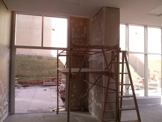 paredes com retoques de pintura