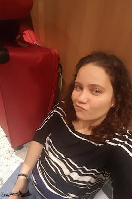 Sentada esperando entrar no quarto depois da PANE da Lufthansa