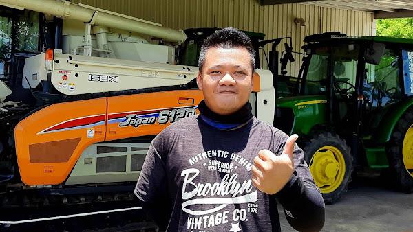 學生青農助耕團成員曾宇佑農家子弟,課餘常駕駛學校大型農機協助鄰近農民耕作